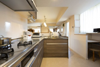 20年来の結露とカビの悩み解決した住環境改善リノベーション (家族全員に目が届くオープンなキッチン)