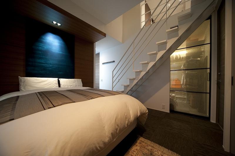 軽やかさを感じさせるラグジュアリーモダンな家(リノベーション)の部屋 ベッドルーム1