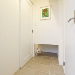 愛犬と暮らす心地よい無垢床の暮らし。大人のリノベーション (扉を閉めていても出入り自由なペットスペース)