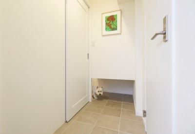 扉を閉めていても出入り自由なペットスペース (愛犬と暮らす心地よい無垢床の暮らし。大人のリノベーション)
