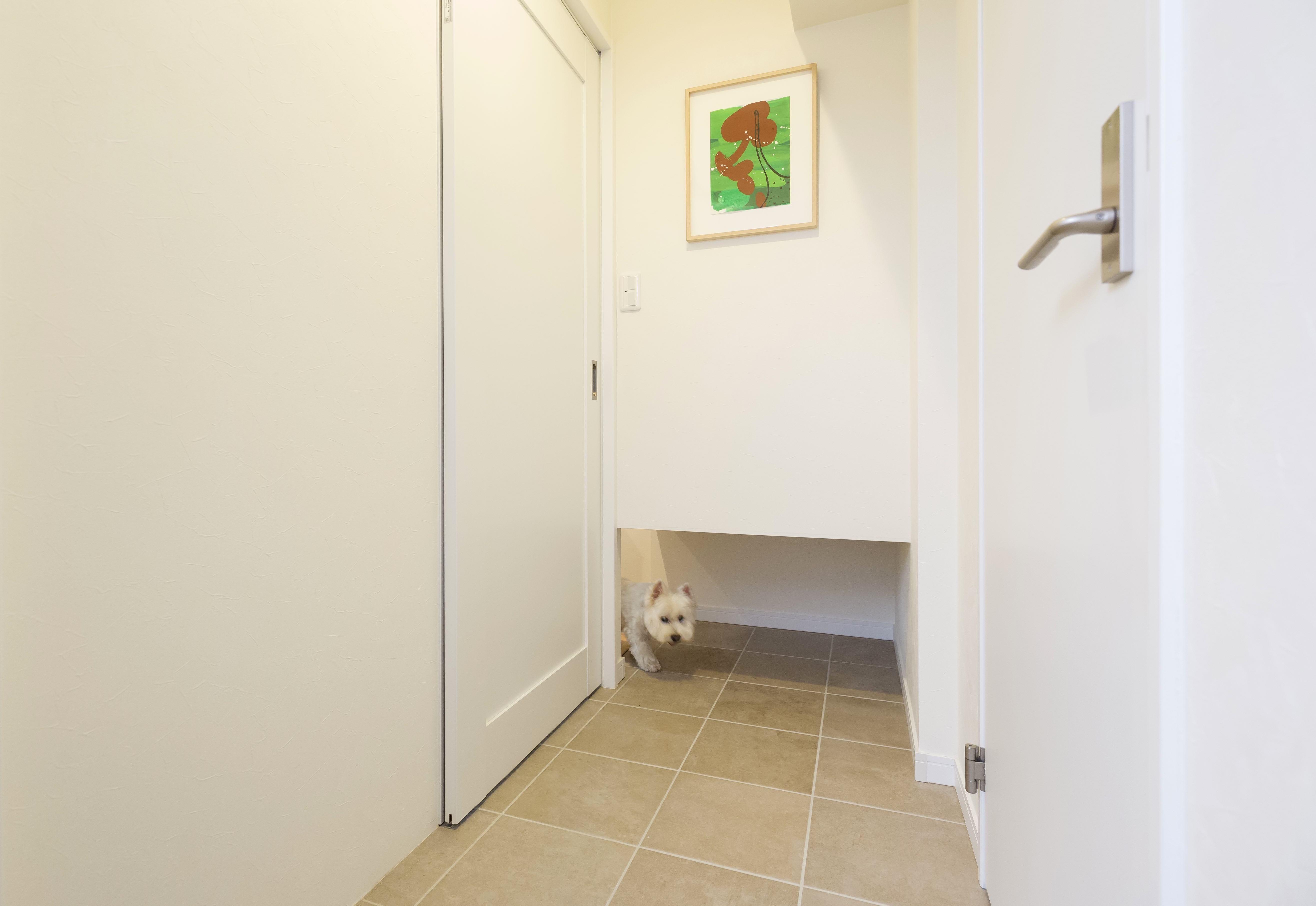 玄関事例:扉を閉めていても出入り自由なペットスペース(愛犬と暮らす心地よい無垢床の暮らし。大人のリノベーション)