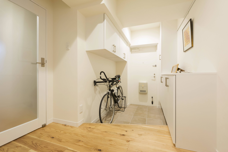 玄関事例:駐輪スペースもある広々と明るい玄関に(愛犬と暮らす心地よい無垢床の暮らし。大人のリノベーション)