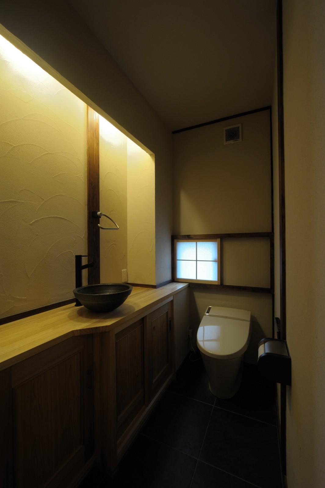 バス/トイレ事例:生活感を出さないようにしたトイレ(『図書館のある家』~そこに住むことの楽しさを追求した住宅~)