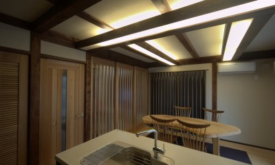 構造材を使った間接照明のあるダイニングキッチン|『図書館のある家』~そこに住むことの楽しさを追求した住宅~