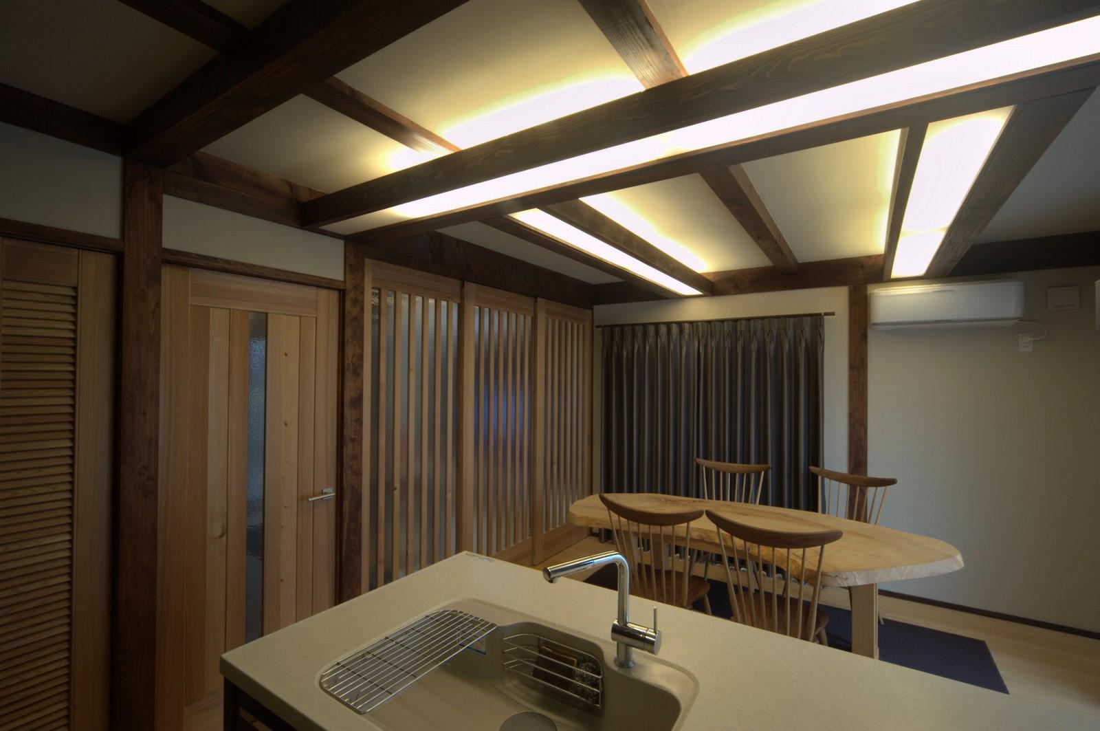キッチン事例:構造材を使った間接照明のあるダイニングキッチン(『図書館のある家』~そこに住むことの楽しさを追求した住宅~)