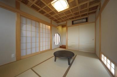 格子天井のある本格的和室 (『図書館のある家』~そこに住むことの楽しさを追求した住宅~)