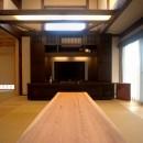 『図書館のある家』~そこに住むことの楽しさを追求した住宅~の写真 杉の一枚板テーブル