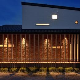 家族だけの景色を持つ家 (石積みの外壁が目を引くアプローチ)