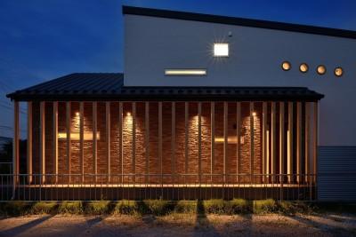 石積みの外壁が目を引くアプローチ (家族だけの景色を持つ家)