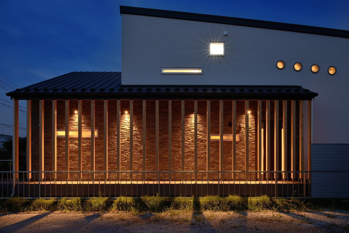 外観事例:石積みの外壁が目を引くアプローチ(家族だけの景色を持つ家)