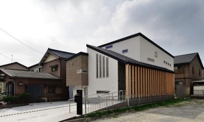 家族だけの景色を持つ家 (3枚の屋根が重なる外観)