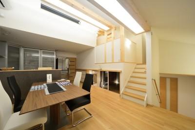 家族だけの景色を持つ家 (1.5階のダイニングキッチン)
