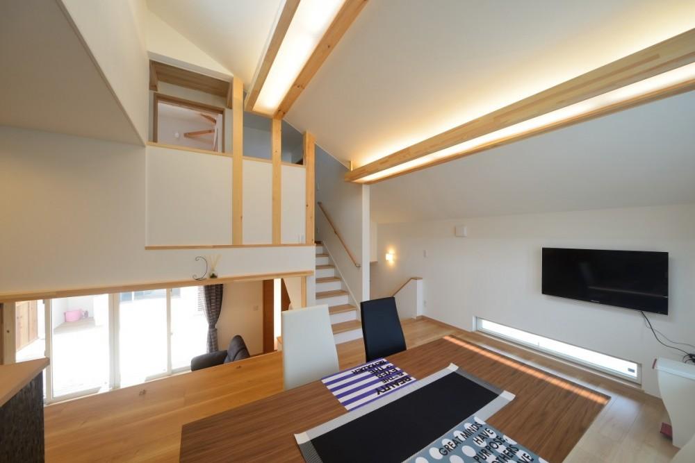 家族だけの景色を持つ家 (リビング階段)