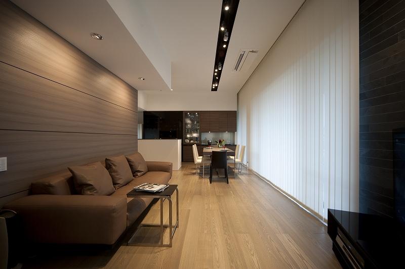軽やかさを感じさせるラグジュアリーモダンな家(リノベーション)の部屋 リビング3