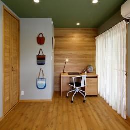 桜を眺める家 心地よい暮らしを目指して-ログハウスを思わせる個室