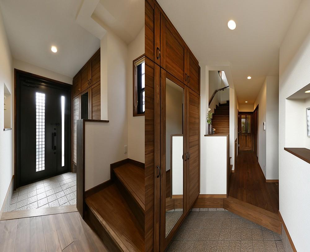 玄関事例:機能性の高い玄関(桜を眺める家 心地よい暮らしを目指して)