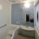 桜を眺める家 心地よい暮らしを目指しての写真 入浴が楽しみになるバスルーム