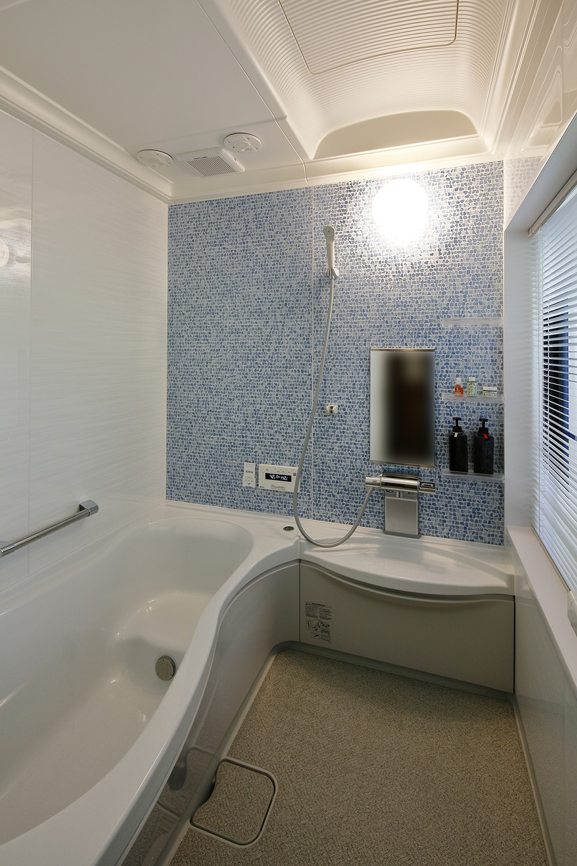 バス/トイレ事例:入浴が楽しみになるバスルーム(桜を眺める家 心地よい暮らしを目指して)