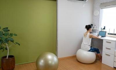大きな鏡が2面、ヨガスタジオリフォーム (スタジオの奥にはワークスペース)