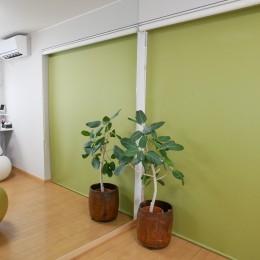 大きな鏡が2面、ヨガスタジオリフォーム (鏡があると部屋が広く感じます。)