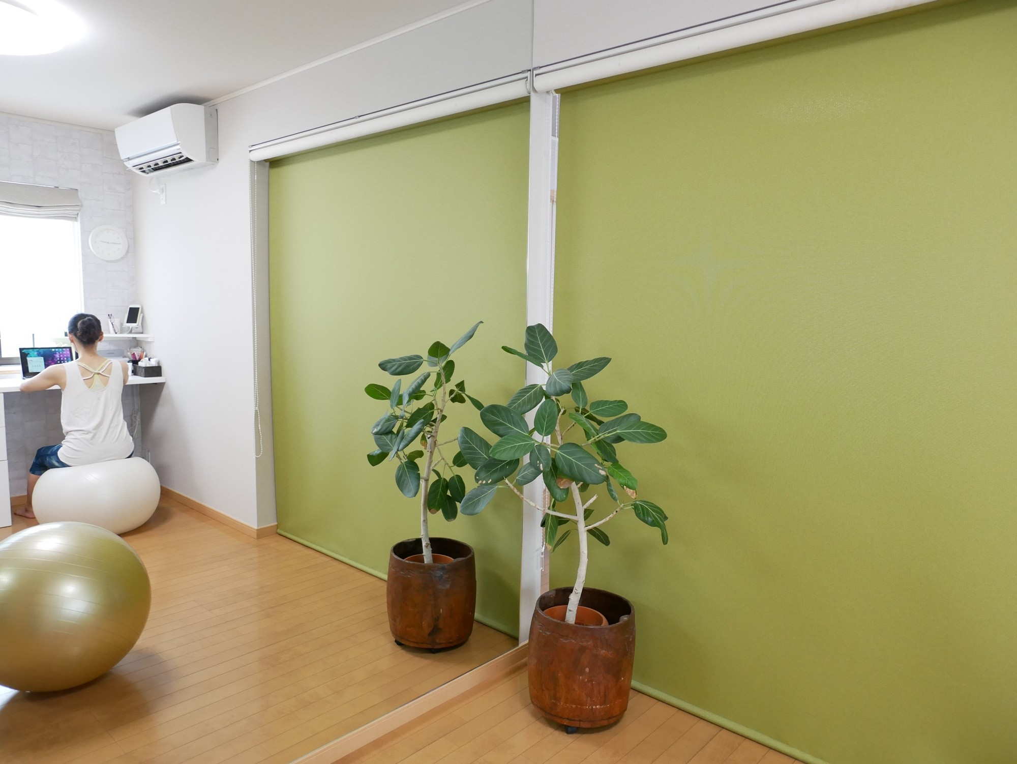 リビングダイニング事例:鏡があると部屋が広く感じます。(大きな鏡が2面、ヨガスタジオリフォーム)