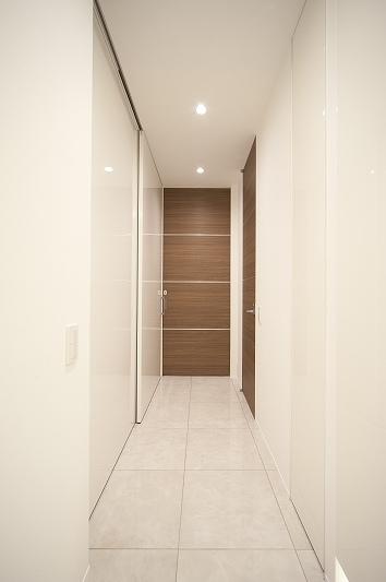 軽やかさを感じさせるラグジュアリーモダンな家(リノベーション)の部屋 玄関1