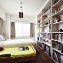 室内干しできるインナーテラスのある住まいの写真 白を基調とした主寝室