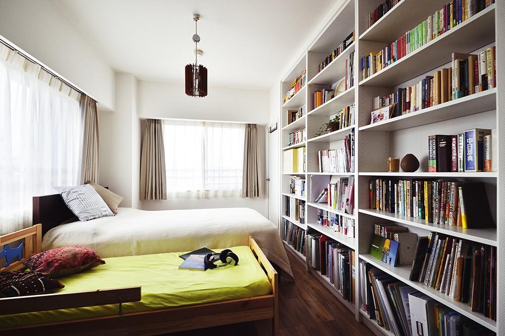 室内干しできるインナーテラスのある住まい (白を基調とした主寝室)