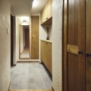 室内干しできるインナーテラスのある住まいの写真 優しくおもてなしする玄関