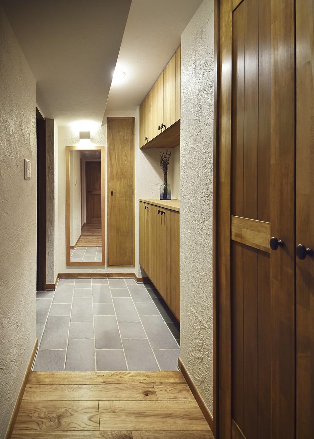 玄関事例:優しくおもてなしする玄関(室内干しできるインナーテラスのある住まい)