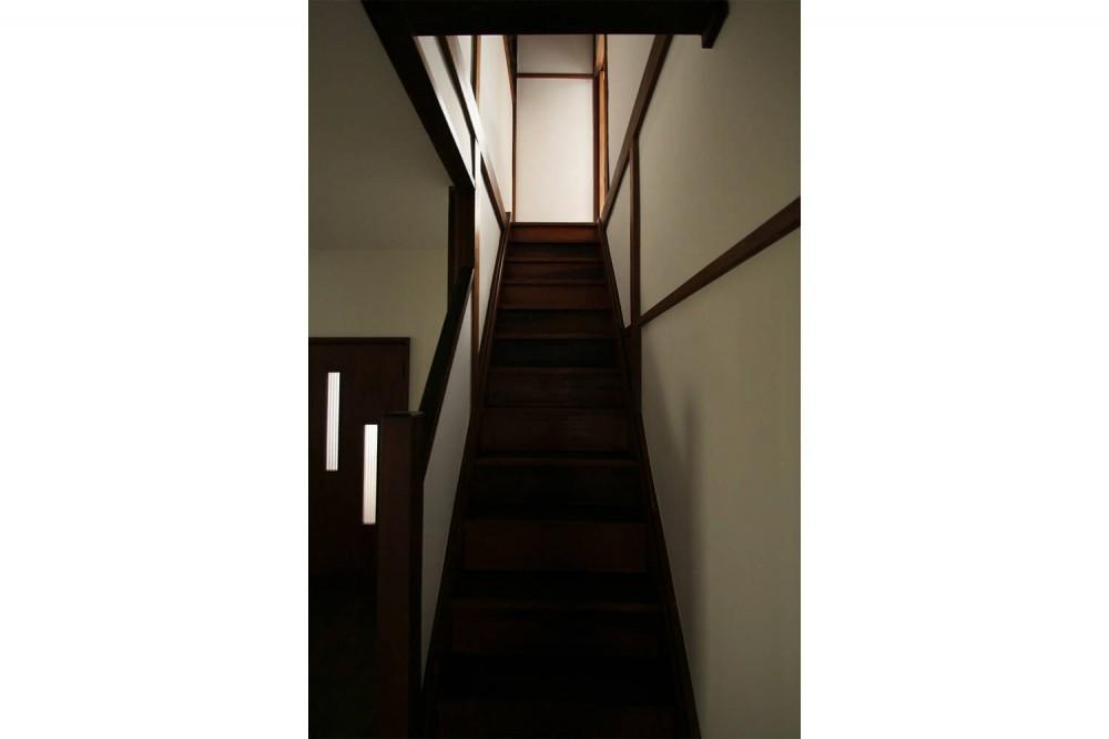 60年前の欄間×フローリング×建具。古民家ならではの味わい深さ (階段)
