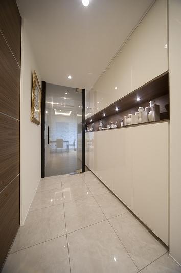 軽やかさを感じさせるラグジュアリーモダンな家(リノベーション)の部屋 玄関2