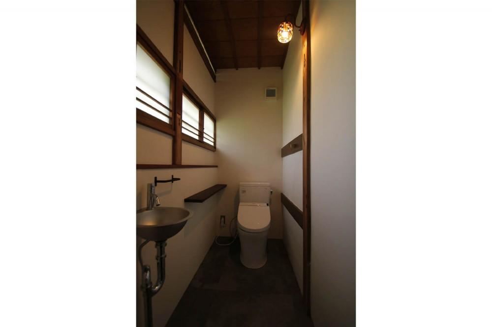 60年前の欄間×フローリング×建具。古民家ならではの味わい深さ (トイレ)