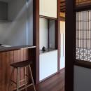 湖西の弁柄の住まいの写真 食堂から居間飾り棚を見る