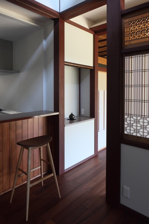 リビングダイニング事例:食堂から居間飾り棚を見る(湖西の弁柄の住まい)