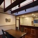 湖西の弁柄の住まいの写真 食堂から台所を見る