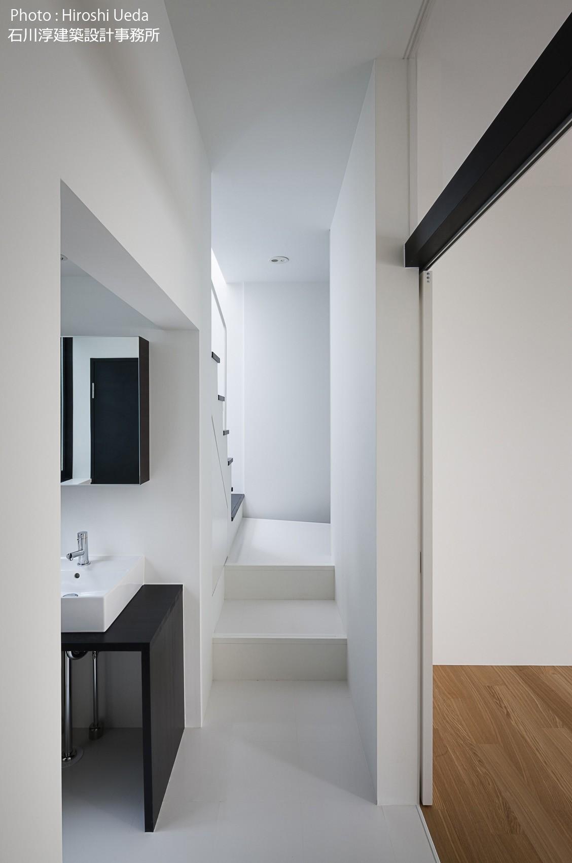 玄関事例:子供室前の廊下に洗面コーナー 帰って来てすぐ手洗いできる(杉並 ちいさな仕事室のある家)