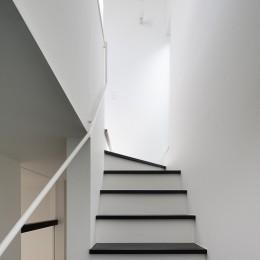 杉並 ちいさな仕事室のある家 (2階リビングへの階段)