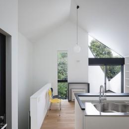 杉並 ちいさな仕事室のある家 (隣家の緑を借景する窓)