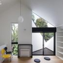 杉並 ちいさな仕事室のある家の写真 壁で囲まれつつ上方に開いたベランダから空と緑を。