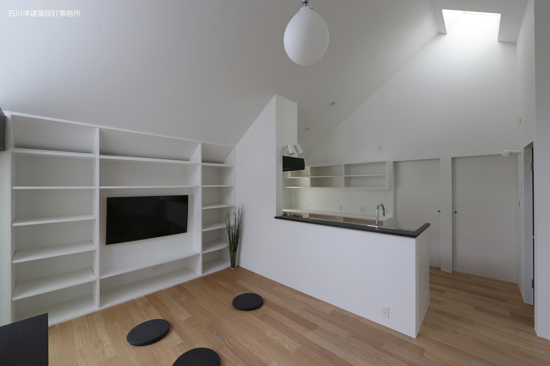 リビングダイニング事例:キッチン背面の2つの入り口(杉並 ちいさな仕事室のある家)