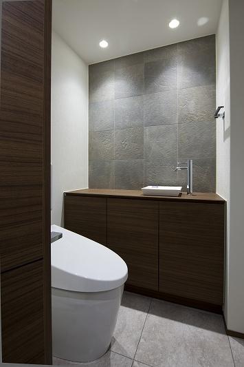 大容量の収納スペースのある家(リノベーション)の部屋 トイレ