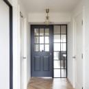 パリのアパルトマンに憧れての写真 自然光が差し込む明るい玄関
