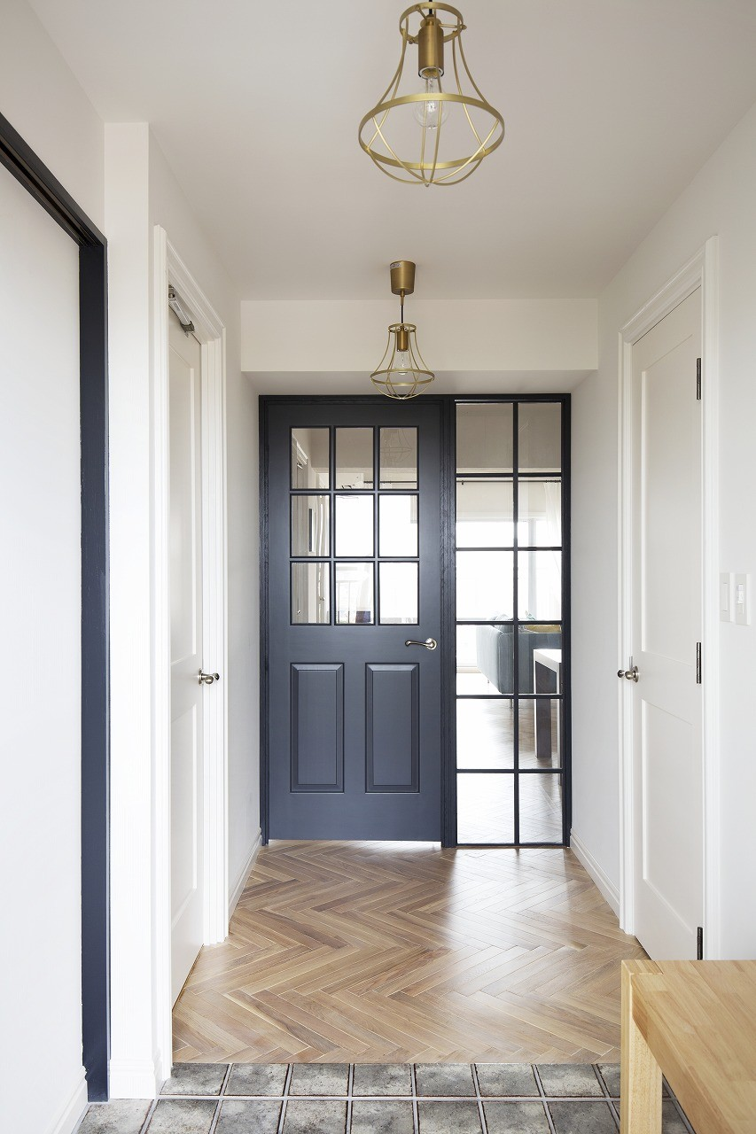 玄関事例:自然光が差し込む明るい玄関(パリのアパルトマンに憧れて)
