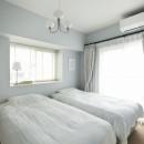 パリのアパルトマンに憧れての写真 淡いグレーで塗装したベッドルーム