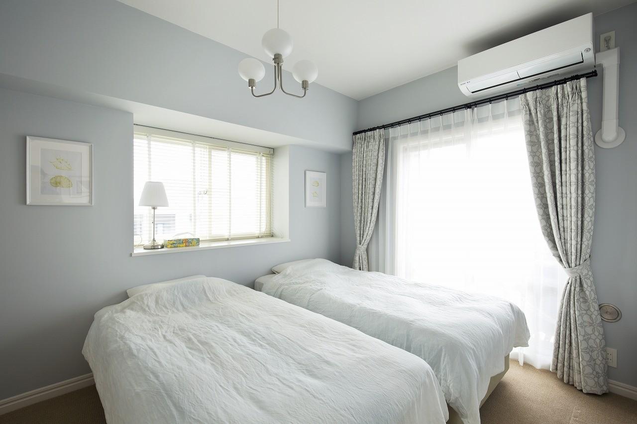 ベッドルーム事例:淡いグレーで塗装したベッドルーム(パリのアパルトマンに憧れて)