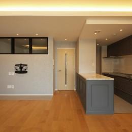 モールディングのキッチンと室内窓が映えるフレンチ空間に (LDK)