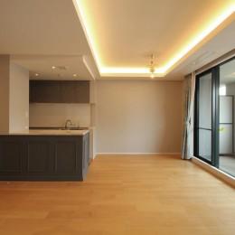 モールディングのキッチンと室内窓が映えるフレンチ空間に