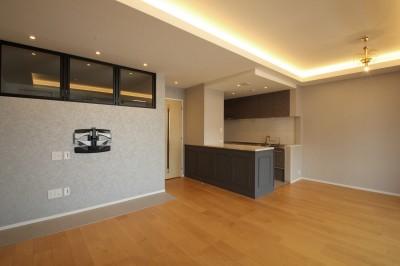 LDK (モールディングのキッチンと室内窓が映えるフレンチ空間に)