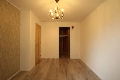 居室 (モールディングのキッチンと室内窓が映えるフレンチ空間に)
